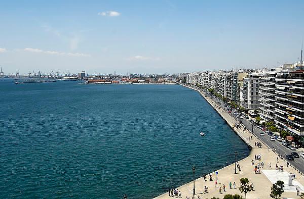 Griekenland, Thessaloniki, 11-6-2011Straatbeeld van deze stad in Noord Griekenland. Het is de tweede stad van het land. Links de haven. Rechts de boulevard.Griekenland is zwaar getroffen door het wanbeleid van voorgaande regeringen op financieel gebied. Foto: Flip Franssen