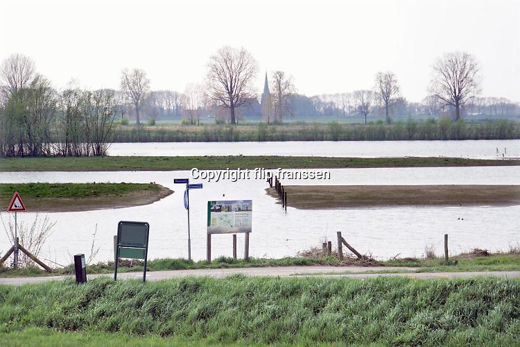 Nederland, Batenburg, 16-4-2019 De Liendense Waard is een natuurontwikkelingsgebied in de uiterwaarden van de Maas tussen Batenburg en Niftrik. Het gebied is ontwikkeld door Rijkswaterstaat in het kader van het project Ruimte voor de Rivier. Een oude Maasarm die bij de kanalisatie van de Maas was dichtgegooid werd opnieuw uitgediept en er werden enkele nieuwe poelen uitgegraven. Het hele terrein tot aan de dijk doet nu dienst als overloopgebied.De natuur die zich hier ontwikkelt, is te beschrijven als een combinatie van ruig grasland, dat wordt begraasd door een oud runderras, en ooibos van voornamelijk wilgen en elzen. Een deel van het gebied is plasdrasterrein dat veel steltlopers en weidevogels aantrekt. Het gebied wordt beheerd door Geldersch Landschap en Kastelen. Bakenbomen langs de rivier de Maas gaan verdwijnen door het uitsterfbeleid van Rijkswaterstaat. Bij hoog water waren de bomen een hulpmiddel voor navigatie, een baken voor de schippers . Deze bakenbomen zijn karakteristiek voor het landschap langs de rivier de Maas . Op veel plaatsen langs de meanderende maas zijn nevengeulen aangelegd om het water meer ruimte tegeven . Staatsbosbeheer en rijkswaterstaat leggen natuurgebieden aan in de uiterwaarden van de grote rivieren . Natuurontwikkeling in de uiterwaarden en rivierverruimende projecten voor een betere afvoer van het water .Foto: Flip Franssen