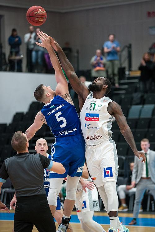 ÖSTERSUND 20210924<br /> Uppkast mellan Jämtlands Steve Harris och Nässjös Dartaye Ruffin under fredagens match i Basketligan mellan Jämtland Basket och Nässjö Basket i Östersunds Sporthall<br /> <br /> Foto: Per Danielsson/Projekt.P