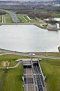 Nederland, Noord-Holland, Velsen-Zuid, 16-04-2008; autosnelweg A9, Wijkertunnel onder het Noordzeekanaal, gezien in zuidelijke richting; op de andere oever het controlegebouw 'de Wijde Blik', tevens verkeerscentrum (voor meer achtergrond info, zie detail foto); Noordzee kanaal..luchtfoto (toeslag); aerial photo (additional fee required); .foto Siebe Swart / photo Siebe Swart.