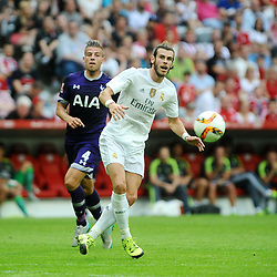 04.08.2015, Allianz Arena, Muenchen, GER, AUDI CUP, Real Madrid vs Tottenham Hotspur, im Bild vl Toby Alderweireld (Tottenham Hotspur) gegen Gareth Bale (Real Madrid) // during the 2015 Audi Cup Match between Real Madrid and Tottenham Hotspur at the Allianz Arena in Muenchen, Germany on 2015/08/04. EXPA Pictures © 2015, PhotoCredit: EXPA/ Eibner-Pressefoto/ Stuetzle<br /> <br /> *****ATTENTION - OUT of GER*****