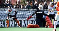 BLOEMENDAAL - HOCKEY - keeper Mark Jenniskens stopt een corner  van OZ  tijdens de hoofdklasse competitiewedstrijd tussen de mannen van Bloemendaal en Oranje-Zwart (2-2). FOTO KOEN SUYK