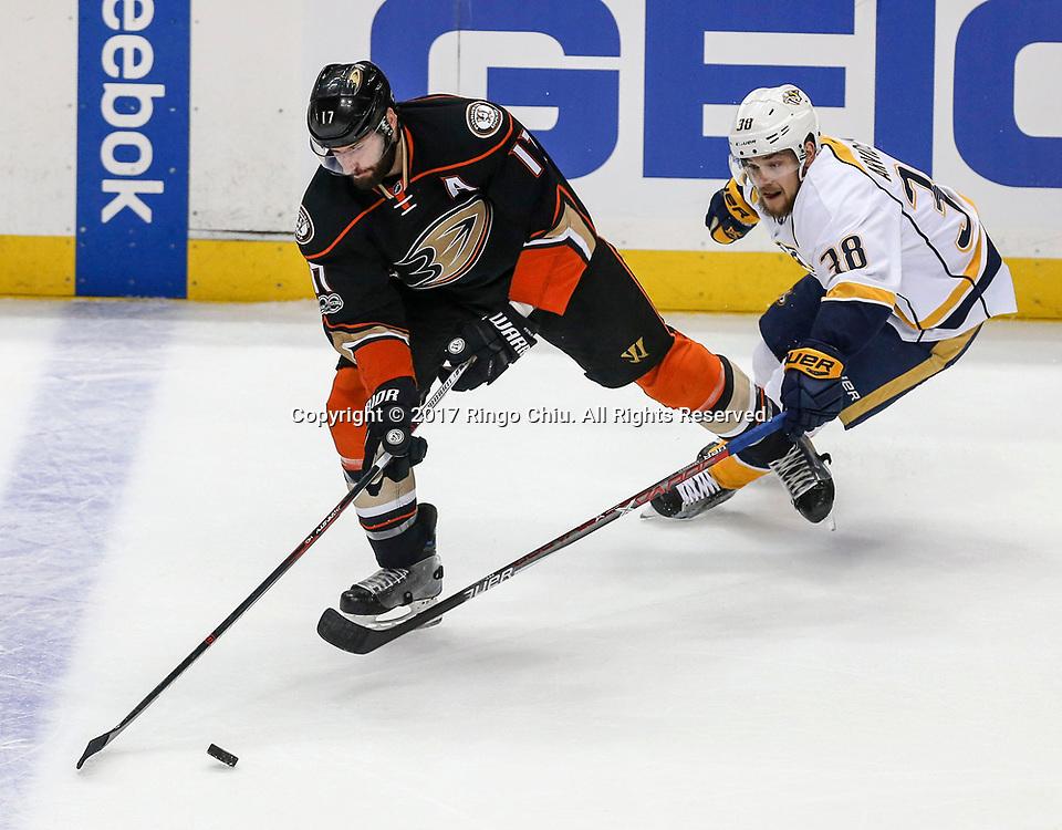 5月12日,阿纳海姆鸭队球员Ryan Kesler (左) 与纳什维尔捕食者队球员Viktor Arvidsson在比赛中拼抢。当日,在美国加利福尼亚州的阿纳海姆举行的2016-2017赛季國家冰球聯盟(NHL)季后赛西部决赛,阿纳海姆鸭队 (Anaheim Ducks) 主场以3比2不敌纳什维尔捕食者队(Nashville Predators)。新华社发 (赵汉荣摄)