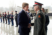 Koning Willem Alexander bij Future Force Conference 2015 in het Nationaal Militair Museum, Soesterberg. De driedaagse conferentie richt zich op de krijgsmacht van de toekomst. <br /> <br /> King Willem Alexander at Future Force 2015 Conference in the National Military Museum, Soesterberg. The three-day conference focuses on the armed forces of the future.<br /> <br /> Op de foto / On photo:  Commandant der Strijdkrachten, generaal Tom Middendorp ontvangt Koning Willem Alexander /// Chief of Defence, General Tom Middendorp receives King Willem Alexander