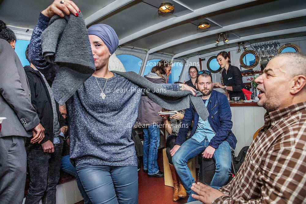 Nederland, Amsterdam, 26 december 2016.<br />Vriendengroep Salaam Shalom maakt op tweede kerstdag een bootocht door de grachten van Amsterdam.<br />Deze vriendenkring heeft een duidelijk doel: mensen met verschillende achtergronden bij elkaar brengen om vriendschappen te creëren. Salaam Shalom doet dit met eigen middelen en heeft mooie idealen zoals broederschap, vrede, respect, plezier, liefde en vriendschap. In zeer korte tijd sloten zich honderden islamitische en joodse Amsterdammers zich aan bij de vriendengroep.<br /><br /><br /><br />Foto: Jean-Pierre Jans