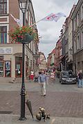 Toruń (województwo kujawsko-pomorskie) 22.07.2016. Pomnik Psa Filuś zlokalizowany jest na ulicy Chełmińskiej w bliskim sąsiedztwie Starego Rynku.