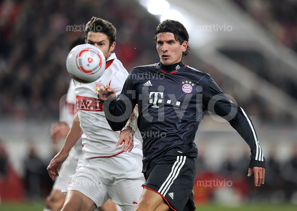 Fussball 1. Bundesliga:  Saison   2010/2011  17. Spieltag  19.12.2010 VfB Stuttgart - FC Bayern Muenchen    Matthieu Delpierre (li, VfB Stuttgart) gegen Mario Gomez (re, FC Bayern Muenchen)