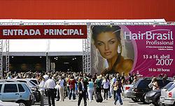 Público na entrada principal da Hair Brasil 2007, maior evento de beleza da América Latina, realizado de 13 a 17 de abril, no Expo Center Norte, na zona norte de São Paulo. FOTO: Jefferson Bernardes/Preview.com