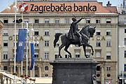 Kroatie, Zagreb, 31-5-2013 Straatbeeld uit de hoofdstad . Het centrum, stadscentrum . Centrale plein met vestiging, gebouw van de Bank van zagreb, Zagrebacka banka . Standbeeld van graaf Josip Jelacic .Foto: Flip Franssen