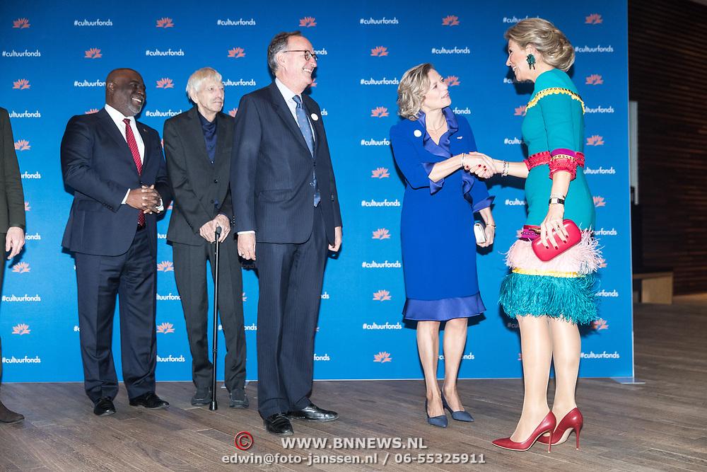 NLD/Amsterdam/20181126 - Maxima reikt Pr. Bernhard Cultuurfondsprijs uit, Koningin Maxima wordt begroet door Adriana Esmeijer, Alexander Rinnooy Kan, Reinbert de Leeuw, en Maarten van Boven