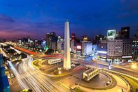 OBELISCO, PLAZA 9 DE JULIO  Y AVENIDA 9 DE JULIO AL ANOCHECER, CIUDAD AUTONOMA DE BUENOS AIRES, ARGENTINA (PHOTO © MARCO GUOLI - ALL RIGHTS RESERVED)