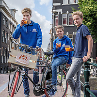 Nederland, Amsterdam, 3 juli 2016.<br /> De Croissant Boys, een familiebedrijf bestaande uit 3 broers die zondagochtend tussen 9-12 uur verse croissants met roomboter en/of jam en verse jus d'orange bij u thuis bezorgt.<br /> Op de foto v.l.n.r. Bas, Stijn en Willem Rosier.<br /> <br /> The Croissant Boys, a family business consisting of three brothers who deliver fresh croissants with butter and / or jam and fresh orange juice to your home on sunday mornings between 9-12 am.  <br /> <br /> Foto: Jean-Pierre Jans