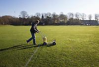 BLOEMENDAAL - Hockey op ECHT gras. Jules Hustinx, Clubmanager van HC Bloemendaal trekt de lijnen.  COPYRIGHT KOEN SUYK