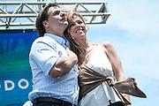20191130/ Javier Calvelo - adhocFOTOS/ URUGUAY/ MONTEVIDEO/ Tras los resultados de la elección nacional en segunda vuelta que dieron como presidente electo a Luis Lacalle Pou, del Partido Nacional que vuelve a la presidencia después de 30 años cortando tres mandatos consecutivos de la izquierda y luego de 5 dias esperando los resultados definitivos hoy los militantes de la coalicion opositora se concentran en la rambla de Pocitos, barrio pudiente de la capital del País, a festejar el triunfo electoral. Los festejos tuvieron que suspenderse por una tormenta electrica ayer y pasaron para la mañana del sabado.<br /> En la foto: Luis Lacalle Pou y Lorena Ponce de León durante el acto oficial de festejo del triunfo electoral, en la rambla de Pocitos en Montevideo. Foto: Javier Calvelo /  adhocFOTOS