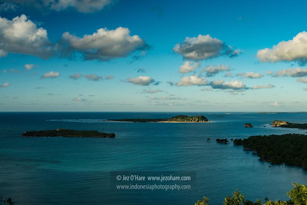 Pemandangan dari Tangga Tiga Ratus, Mando'o, Lobalain, Kabupaten Rote Ndao, Nusa Tenggara Timur, Indonesia