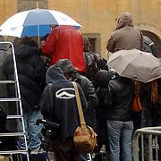 ITA/Bracchiano/20061118 - Huwelijk Tom Cruise en Katie Holmes, regenbui overvalt de wachtende fotografen
