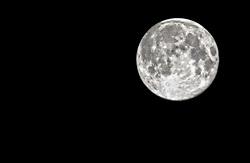 09-08-2014 NED: Supermaan goed te zien ondanks bewolking, Maarssen<br /> Op zaterdagavond 9 augustus 2014 is de maan maar liefst 30% groter dan normaal. Deze zogenaamde supermaan was vanuit Maarssen goed te zien. De maan staat vanavond 356895 kilometer van de aarde. Normaal gesproken zou het op 9 augustus volle maan zijn, maar de supermaan is groter en helderder. <br /> <br /> *** BEWERKT !***