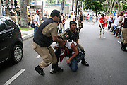 Belo Horizonte_MG, Brasil...Conflito entre manifestantes e a policia durante manifestacao contra a 47a reuniao anual do BID...Conflict between demonstrators and police during a demonstration against the 47th annual meeting of the BID...Foto: LEO DRUMOND / NITRO