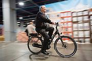 Nederland, Utrecht, 21-02-2016<br /> Een oudere man probeert een elektrische fiets uit. In Utrecht wordt in de Jaarbeurs de Fiets- en Wandelbeurs gehouden. De beurs richt zich op actieve buitensportvakanties. Fietsers en wandelaars kunnen informatie vinden over materieel en reizen, lezingen volgen en het een en ander uitproberen.<br /> <br /> In Utrecht at the Jaarbeurs the Cycling and Walking Fair is held. The exhibition focuses on active outdoor holidays. Cyclists and hikers can find information on equipment and trips, lectures and follow a few things to try.