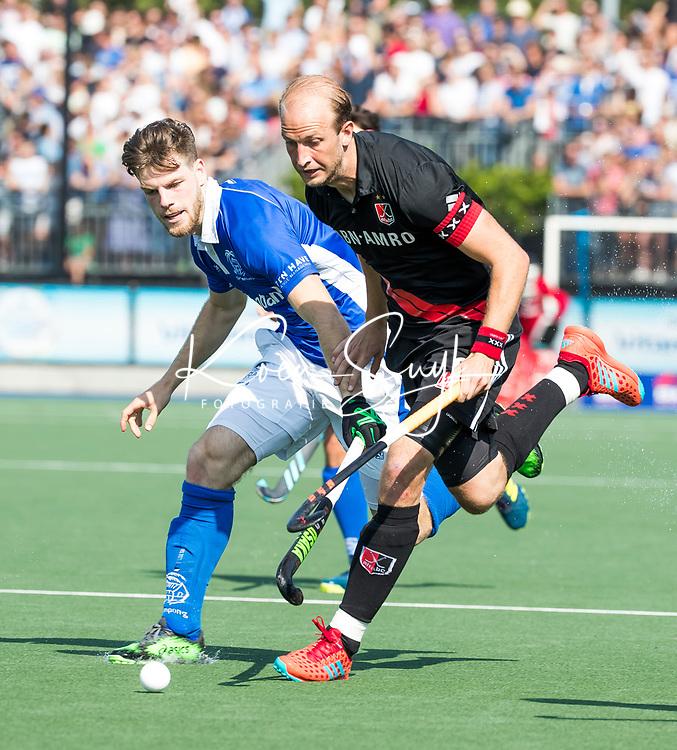 UTRECHT -  Billy Bakker (A'dam) met Lars Balk (Kampong)  tijdens   de finale van de play-offs om de landtitel tussen de heren van Kampong en Amsterdam (3-1). Kampong kampong kampioen van Nederland. COPYRIGHT  KOEN SUYK