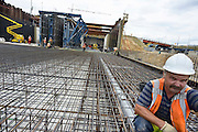 Nederland, Maastricht, 6-8-2013Aanleg van de tunnels in de A2 door een deel van de stad. Arbeiders, bouwvakkers uit portugal, zuid europa, en polen doen hier veel werk. arbeidsmigranten, arbeidsmigratie,betonijzer,betonvlechter,wapening,beton,bouwFoto: Flip Franssen/Hollandse Hoogte