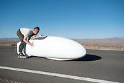 David Verbroekken met de Cygnus Beta is van start. In Battle Mountain (Nevada) wordt ieder jaar de World Human Powered Speed Challenge gehouden. Tijdens deze wedstrijd wordt geprobeerd zo hard mogelijk te fietsen op pure menskracht. Ze halen snelheden tot 133 km/h. De deelnemers bestaan zowel uit teams van universiteiten als uit hobbyisten. Met de gestroomlijnde fietsen willen ze laten zien wat mogelijk is met menskracht. De speciale ligfietsen kunnen gezien worden als de Formule 1 van het fietsen. De kennis die wordt opgedaan wordt ook gebruikt om duurzaam vervoer verder te ontwikkelen.<br /> <br /> In Battle Mountain (Nevada) each year the World Human Powered Speed Challenge is held. During this race they try to ride on pure manpower as hard as possible. Speeds up to 133 km/h are reached. The participants consist of both teams from universities and from hobbyists. With the sleek bikes they want to show what is possible with human power. The special recumbent bicycles can be seen as the Formula 1 of the bicycle. The knowledge gained is also used to develop sustainable transport.