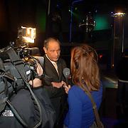NLD/Huizen/200600202 - Start voorlichtingsavond Proost gemeente Huizen in dicotheek Silverdome, burgemeester Jos Verdier word geinterviewd door RTV NH