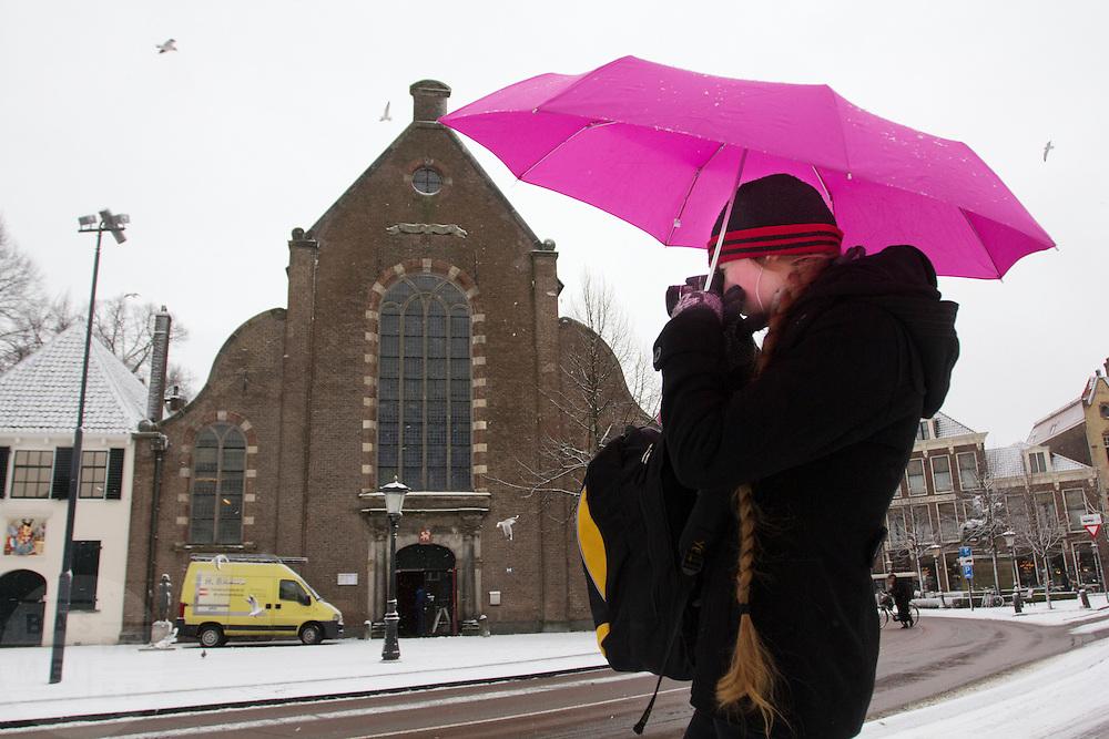 Een meisje maakt foto's van de sneeuw bij het Janskerkhof in Utrecht.<br /> <br /> A girl is making photos of the snow at Janskerkhof in Utrecht.