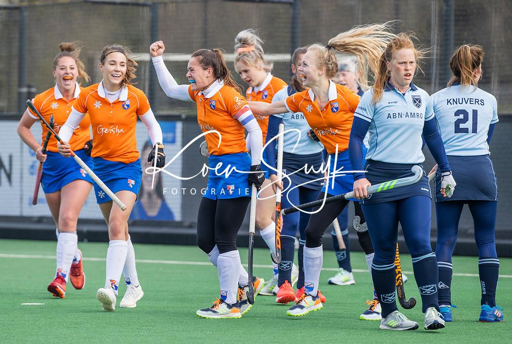 BLOEMENDAAL - Sanne Caarls (Bldaal) (m) heeft de stand op 3-0 gebracht. links Carmel Bosch (Bldaal) ren rechts Lilli de Nooijer (Bldaal)  tijdens de hoofdklasse hockeywedstrijd dames , Bloemendaal-Laren (5-1). geheel rechts  Vanessa Blockmans (Laren)  COPYRIGHT KOEN SUYK