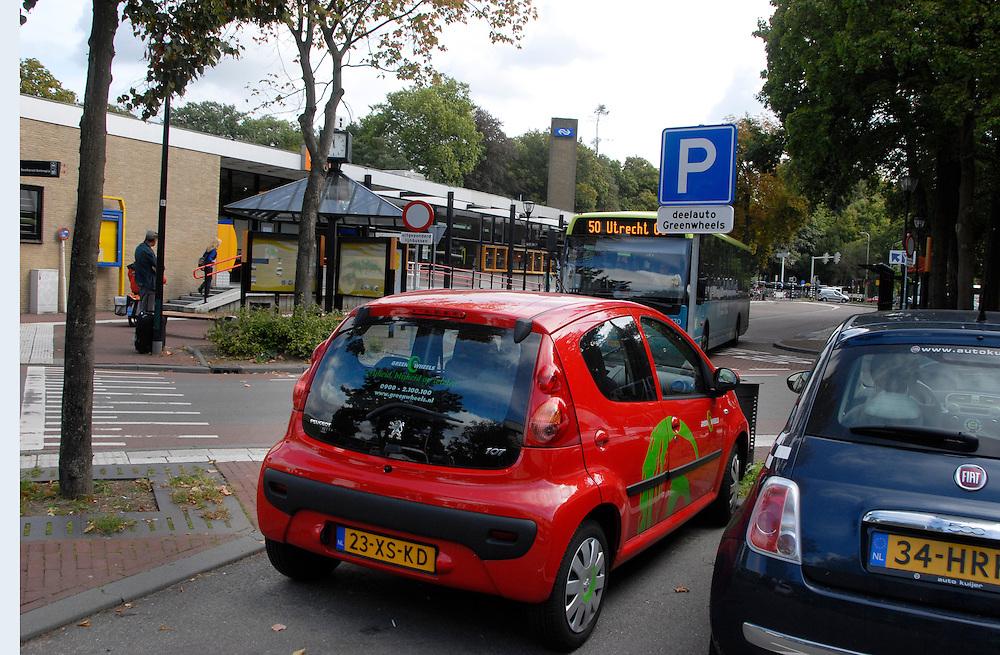 Driebergen, 2 sept 2009. . Foto: (c) Renee Teunis Driebergen, 2 sept 2009.station van Driebergen , met busstation. . Foto: (c) Renee Teunis Driebergen, 2 sept 2009.station van Driebergen , met busstation en greenwheels auto op parkeerplaats.. Foto: (c) Renee Teunis