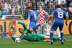 14-06-2012 VOETBAL: UEFA EURO 2012 DAY 7: POLEN OEKRAINE<br /> STIPE PLETIKOSA ( L) CLAUDIO MARCHISIO (2L) GORDON SCHILDENFELD ( 2P) EMANUELE GIACCHERINI ( P) during the Euro 2012 football championships match Italy v Croatia at the stadium in Poznan. <br /> ***NETHERLANDS ONLY***<br /> ©2012-FotoHoogendoorn.nl
