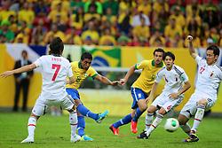 Paulinho chuta para marcar gol durante a partida entre Brasil e Japão, válida pela primeira rodada da Copa das Confederações, no Estádio Nacional Mané Garrincha, em Brasília. FOTO: Jefferson Bernardes/Preview.com