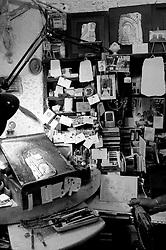 """Ostuni, 04.07.2010. Comune salentino dell'alta valle d'itria, ubicato in provincia di Brindisi, Puglia, Italia, caratteristico per avere il suo centro storico con case dipinte di calce bianca che le ha conferito l'appellativo di città bianca (o città presepe). La storia narra che nel XVII secolo a.C. la regione fu colpita dalla peste, ma la città di Ostuni restò immune dal contagio proprio per l'usanza della popolazione di imbiancare le case con la calce, disinfettante naturale. Le attività economiche trainanti sono l'agricoltura - coltivazioni di ulivo, vite e mandorlo - ed il turismo d'arte e balneare..Maestro Croci Sisinni, artista pittore autodidatta (ha condiviso con l'autore che l'arte non si impara e la tecnica si ruba), al lavoro nella sua bottega - dove il tempo gli vola -  con la sua """"personale ed esclusiva tecnica"""" pittorica: pittura ed incisione su lastre di pietra bianca locale. I soggetti sono scorci di architetture, vicoli, archi della sua città."""