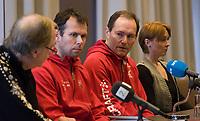 Skøyter<br /> Pressekonferanse ang. ettertakeren som landslagssjef etter Mueller<br /> 25.11.2009<br /> Clearion airport hotell , Flesland , Bergen<br /> Johan Kaggestad(l) ,<br /> Sportssjef Øystein Haugen(2R) ,<br /> den ny ansatte landslagssjefen , Jarle Pedersen(3R) og<br /> skøytepresidenten , Vibecke Sørensen(4R)<br /> Foto : Astrid M. Nordhaug