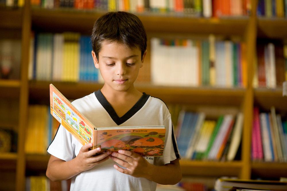 Belo Horizonte_MG, Brasil..Leitura na Escola Estadual Professor Leopoldo de Miranda...The students is reading in the Professor Leopoldo de Miranda State School...Foto: JOAO MARCOS ROSA / NITRO