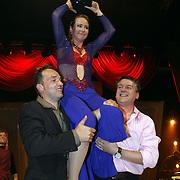 NLD/Baarn/20070527 - Finale Dancing with the Stars 2007, uitslag, winnaar Helga van Leur op de schouders