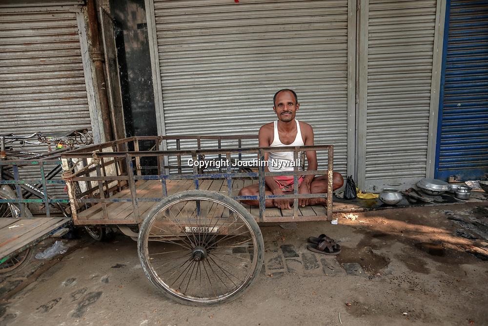20171029 Kolkata Calcutta Indien<br /> Man som sitter i en cykelkärra<br /> <br /> ----<br /> FOTO : JOACHIM NYWALL KOD 0708840825_1<br /> COPYRIGHT JOACHIM NYWALL<br /> <br /> ***BETALBILD***<br /> Redovisas till <br /> NYWALL MEDIA AB<br /> Strandgatan 30<br /> 461 31 Trollhättan<br /> Prislista enl BLF , om inget annat avtalas.