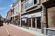 Winkelstraat in de binnenstad Leiden |  Shopping street with empty shops in the center of Leiden