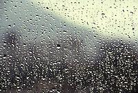 Ventana de vidrio con gotas de agua.