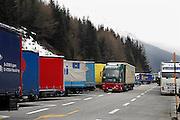 Italie, Bolzano, 8-3-2008..Vrachtwagens parkeren op de Brenner autobahn  bij de Brenner pas...Foto: Flip Franssen