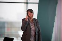 DEU, Deutschland, Germany, Berlin, 25.01.2017: Bundesumweltministerin Dr. Barbara Hendricks telefoniert vor Beginn der 133. Kabinettsitzung im Bundeskanzleramt.