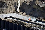Nederland, Nijmegen, 5-5-2014Aan de Waalkade wordt gewerkt aan de vervanging van de damwand. De waterkering werd ondergraven door wegspoelend zand en raakte uit positie en dus instabiel. Reef Infra en Colijn Aannemersbedrijf vervangen de 12 meter lange stalen damwandplanken door damwandplaten van 26 meter lang. Ook wordt de verankering vervangen. De nieuwe damwandconstructie is berekend op de zware belasting door steeds grotere schepen die over de rivier de Waal varen, en moet langer meegaan als de oude uit 1980.Foto: Flip Franssen/Hollandse Hoogte