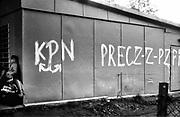 Napisy antypartyjne na sklepie. Pocz?tek lat 80. XX wieku. KrakÛw.