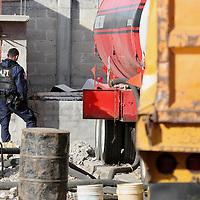 Toluca, Mex.- Agentes federales del AFI, agentes del MP federal y personal de PEMEX realizan un cateo a una propiedad que servia de almacenaje en el poblado de San Pablo Autocpan y donde decomisaron trailers con pipas de combustible, camiones con tanques ocultos y al menos 130 mil litros de gasolina adulterada misma que fue robada a Petroleos de Mexico asi como la captura de una persona. Agencia MVT / Mario Vazquez de la Torre. (DIGITAL)<br /> <br /> NO ARCHIVAR - NO ARCHIVE