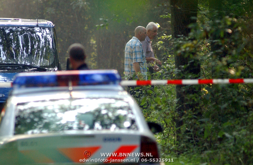 NLD/Huizen/20050906 - Verbrand lijk gevonden langs bospad Bussummerweg Huizen, lint, afzetting, recherche