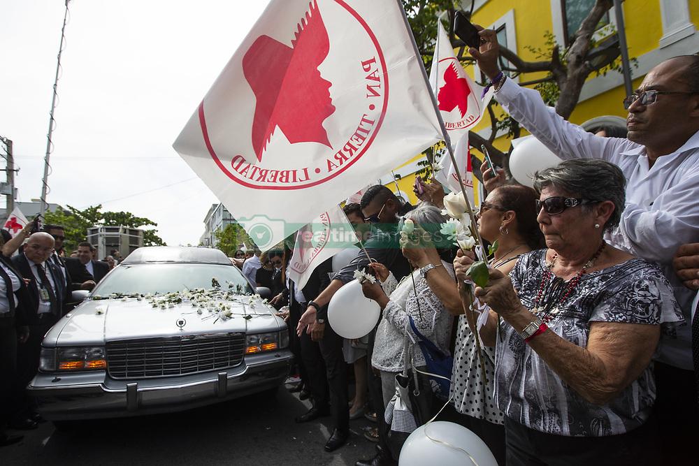 May 3, 2019 - San Juan, Puerto Rico, PR - San Juan, Mayo 3, 2019 - MA - FOTOS para ilustrar una historia sobre la muerte del exgobernador Rafael Hern‡ndez Col—n. EN LA FOTO el momento en que el fŽretro pasa frente a la sede del Partido Popular Democr‡tico (PPD) - las personas lanzaban flores..FOTO POR:  tonito.zayas@gfrmedia.com.Ramon '' Tonito '' Zayas / GFR Media (Credit Image: © El Nuevo Dias via ZUMA Press)