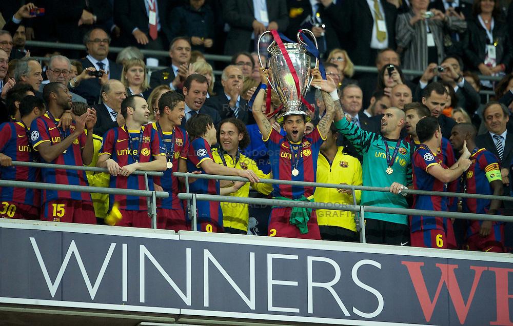 28-05-2011 VOETBAL: CHAMPIONS LEAGUE FINAL FC BARCELONA - MANCHESTER UNITED: LONDON<br /> Daniel Alves lifts the European Cup trophy<br /> ***NETHERLANDS ONLY***<br /> ©2011- FotoHoogendoorn.nl/EXPA/ Propaganda/Chris Brunskill