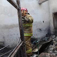 Metepec, Méx.- Bomberos de Metepec sofocaron un incendio en un taller de elaboración de ceras, en el poblado de San Bartolome Tlatelulco, solo se presentaron perdidas materiales. Agencia MVT / José Hernández