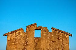 Reportage sul comune di Alessano per il progetto propugliaphoto..La facciata di un edificio rurale restata in piedi nonostante il crollo del tetto..Macurano è un villaggio rupestre considerato un luogo di scambio e commercio, simbolo della cultura dell'olio per la presenza ad oggi di alcune tracce nelle grotte e di frantoi funzionanti nella zona. L'insediamento è caratterizzato da una serie di grotte sia naturali che scavate nel calcare, cisterne per la raccolta dell'acqua, sistemi di canalizzazione che scendono da Montesardo, viottoli, scalette e vie più larghe con antiche tracce di carri..Si ritiene che in questo sito, un vero e proprio centro abitato ben organizzato distante circa quattro km dalla costa, i monaci basiliani scappati dall'oriente in seguito alla lotta iconoclasta, trovarono rifugio e si dedicarono all'agricoltura..L'area del villaggio rupestre fu sicuramente sfruttata in epoche successive, lo prova l'esistenza di ben tre masserie di cui una fortificata e i resti di una serie di costruzioni che fanno parte dei numerosi esempi di architettura rurale presenti in questo territorio. .Il complesso masserizio, denominato Macurano, edificato probabilmente nel Cinquecento include la Masseria di Santa Lucia e la cappella di Santo Stefano. La Masseria è dominata dal nucleo originario, ovvero dalla torre cinquecentesca coronata da beccatelli a sostegno del parapetto aggettante del terrazzo sommitale.