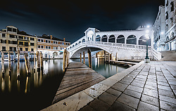 THEMENBILD - Langzeitbelichtung der Rialto Brücke bei Nacht, aufgenommen am 05. Oktober 2019 in Venedig, Italien // long Exposure of the Rialto bridge at night in Venice, Italy on 2019/10/05. EXPA Pictures © 2019, PhotoCredit: EXPA/ JFK